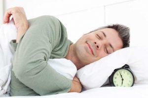 Mann der zufrieden schläft